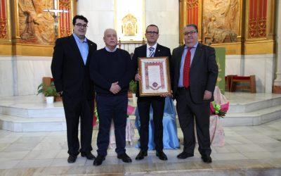 Julio Hernández, nuestro querido conserje, recibe la insignia de plata de ámbito regional de los Antiguos Alumnos